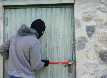 Zabezpiecz działkę na zimę, bo wtedy najczęściej odwiedzają to miejsce złodzieje