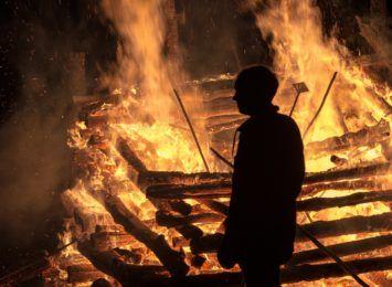 Pożar domu w Ponięcicach. Mężczyzna wyniósł z pożaru dziecko