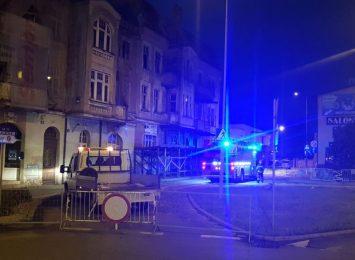 Uszkodzona elewacja starej kamienicy w centrum Rybnika. Akcja wciąż trwa