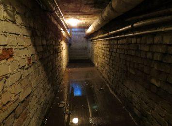 Piwnica w bloku w centrum Rybnika pod wodą [FOTO,WIDEO]