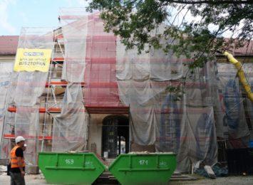 Trwa rozbiórka dachu Urzędu Stanu Cywilnego w Wodzisławiu