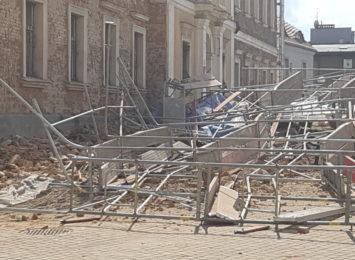 Kolejny fragment gzymsu odpadł z budynku muzeum [WIDEO]