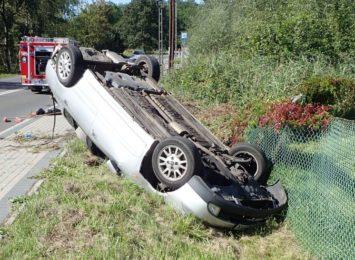 Auto wypadło z drogi w Jankowicach. Kierowca pijany, bez prawa jazdy