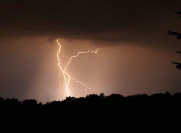 Kolejna burzowa doba za nami. Piorun uderzył w stodołę w Połomi