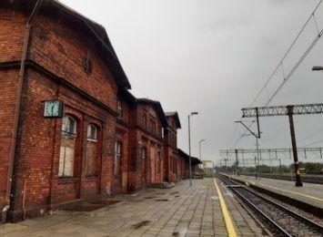 Kiedy remont dworca PKP w Chałupkach? Jego stan nie pozwala na użytkowanie, od lat niszczeje