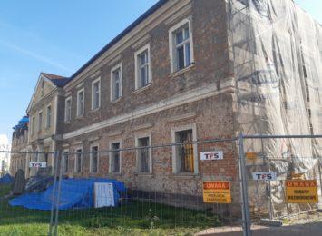 Robotnicy wznowili remont wodzisławskiego Pałacu Dietrichsteinów