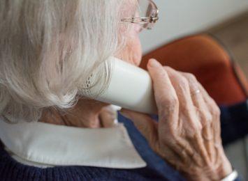 Kilka słów czasem znaczy bardzo wiele. Samotni seniorzy potrzebują rozmowy
