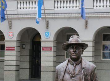 Burmistrz Weber przed rybnickim magistratem
