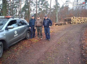 Policjanci i leśnicy pilnują choinek