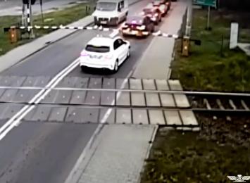 Wodzisław: Samochód utknął między rogatkami [WIDEO]