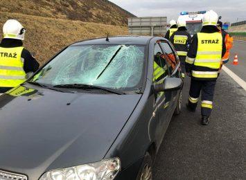 Bryła lodu przebiła szybę w samochodzie!