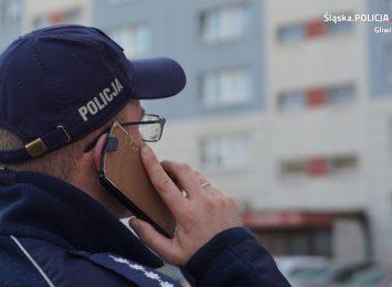 Policjanci sprawdzają osoby na kwarantannie [FOTO]