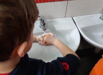 Jak prawidłowo myć ręce? Powtarzamy te ważne informacje