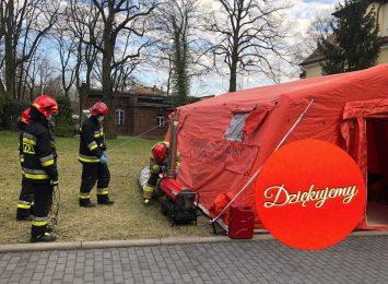Namioty przed kolejnymi szpitalami