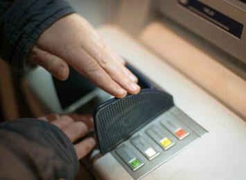 Mieszkaniec Żor stracił pieniądze. Nie noś PIN-u razem z kartą do bankomatu