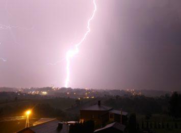 Alert RCB: Intensywne opady deszczu, burze i silny wiatr