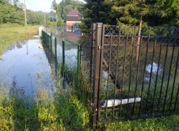 Nacyna zalała posesje w rejonie ulicy Radoszowskiej w Rydułtowach. Co z pomocą dla mieszkańców?