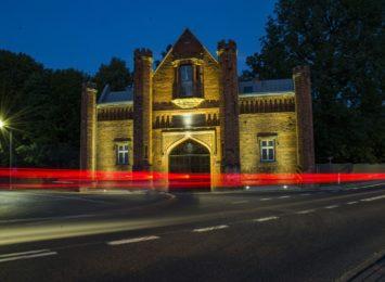 Brama Pałacu w Krzyżanowicach pięknie oświetlona
