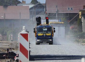 Pył, tumany kurzu i pędzące samochody - codzienność mieszkańców Rzuchowa [WIDEO,FOTO]