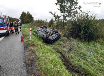 Dachowanie w Pawłowicach. Samochód wypadł z drogi na
