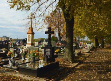 Radlin: Mieszkańcy porządkują groby.