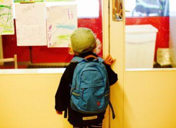 Kto będzie odbierał uczniów młodszych klas ze szkoły? Według nowych zaleceń nie mogą poruszać się sami