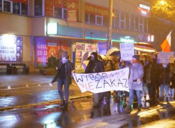 Protest kobiet w Radlinie. Przez centrum miasta przeszli przeciwnicy zaostrzenia prawa aborcyjnego [LIVE,FOTO]