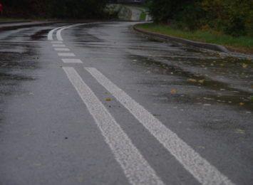 Deszczowe popołudnie. Kolejny wypadek w regionie na mokrej drodze