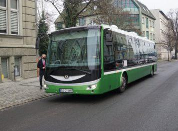 Autobus elektryczny wozi pasażerów w Raciborzu
