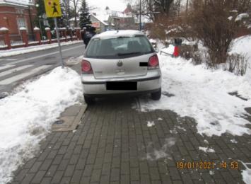 """Drogowe """"asy"""" w akcji. Parkowanie niektórych ludzi może zadziwiać [FOTO]"""