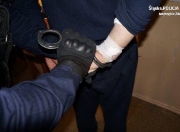 Wpadli po alkohol. Policja w Jastrzębiu zatrzymała sprawców kradzieży rozbójniczej w sklepie