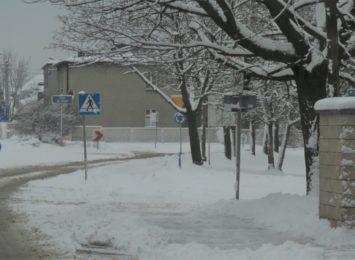 Walczymy ze śniegiem. Co na temat odśnieżania chodników mówią przepisy?