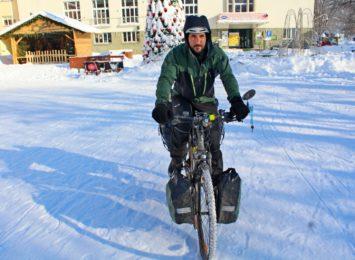 Jedzie rowerem dookoła Polski. Zatrzymał się w naszym regionie