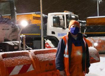 Tak wygląda praca kierowcy pługopiaskarki. Czy zima naprawdę zaskakuje drogowców?  [FOTO, WIDEO]
