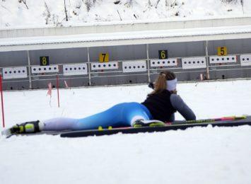 Śnieżna zima. Biathlonowe zawody na Trzech Wzgórzach
