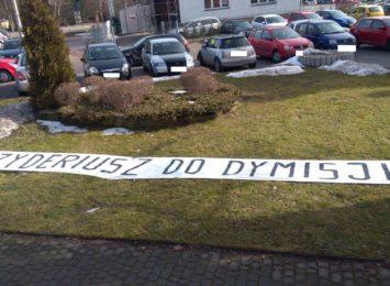 3D Dezyderiusz Do Dymisji. Baner przed Urzędem Miasta w Wodzisławiu [FOTO]