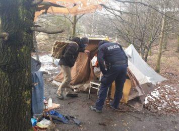 Pomoc mundurowego i streetworkera. Bezdomny zyskał schronienie [FOTO]