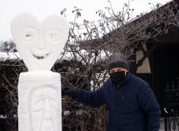 Rzeźby ze śniegu w żorskim Roju. Ta zima jest idealna dla rzeźbiarza Henryka Foksa [FOTO]