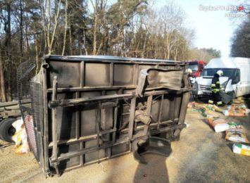 Zderzenie 5 samochodów na DW 935 w Kobielicach. Skrzynia ładunkowa jednego z pojazdów została wyrwana [FOTO]