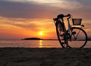 Pomysł na weekend: Czas wyciągnąć rower. Co warto zabrać ze sobą w podróż?