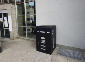 Czarna skrzynka przed Urzędem Miasta w Rybniku