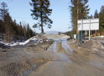 Samochody z budowy zniszczyły drogę w gminie Milówka