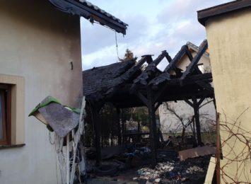 Pożar samochodu i wiaty w Pawłowicach. Ogień gasiło pięć zastępów straży pożarnej [FOTO]