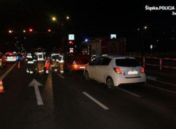 Karambol na światłach w Żorach. 76-latek nie zauważył zatrzymujących się pojazdów