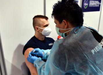 Ruszyły szczepienia policjantów na Śląsku. W kolejce następne służby mundurowe [WIDEO]