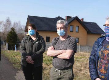 Mieszkańcy Morwowej w Golejowie sami naprawiają drogę, czują się bezradni i oszukani przez władze Rybnika [WIDEO]