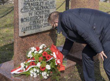 Kwiaty pod pomnikiem. Dziś (26.03.) przypada rocznica wyzwolenia Jastrzębia-Zdroju