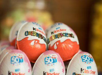 Złapany na kradzieży jajek- niespodzianek, chciał zapłacić... kradzioną kartą