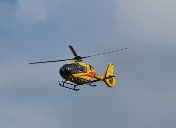 Rydułtowy: 79-latek spadł z drabiny. Przyleciał po niego śmigłowiec ratunkowy
