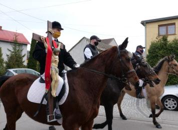 Tradycja przetrwa pandemię. Wielkanocna procesja konna w Pietrowicach Wielkich [FOTO, LIVE]